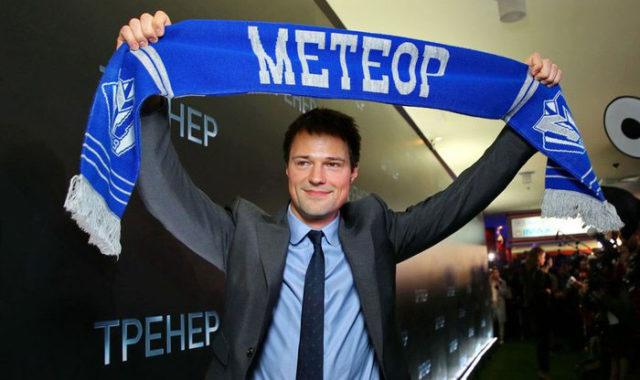 Данила Козловский с шарфом ф/к «Метеор»